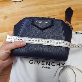 "En lille clutch fra Givenchy- Antigona linje, svt str mini "" i den familie "". Brugt 2 gange, fremstår helt som ny. Har ikke kvitt, men dustbag og alle tags"