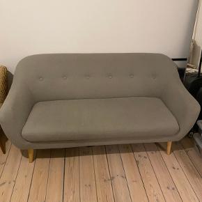 JYSK Sofa EGEDAL - 2,5-personers sofa i stof. Sæde- og ryghynder i skum. Ben i massiv træ. B170 x H82 x D81 cm