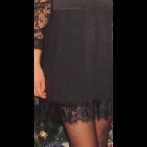 Feminin nederdel fra MbyM. Dette er en plissé nederdel, som giver et flot fald. Nederdelen er af lækker kvalitet og kun brugt én enkelt gang. MIN er med en blondekant i bunden.  Nypris: 399,95 kr. pris: 200 kr inkl. fragt