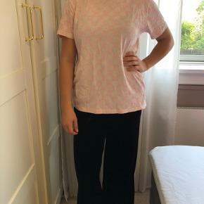 Ternet lyserød t-shirt fra Baum i str. M.