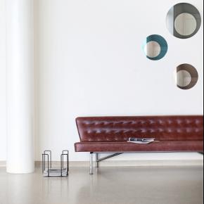 Smukt og enkelt rundt spejl fra danske we design - Graphite. Spejlet er en kombination af to spejle - et tonet og et traditionelt. mål: 40 cm i diam.