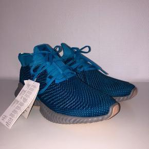 Adidas alphabounce instinc 41 1/3, sålen måler 26,6 cm.