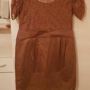 Flot kjole til arrangement og bryllop. Har aldrig blevet brugt pga forkert størrelse.