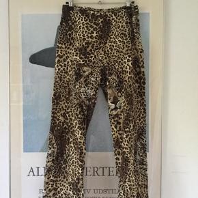Vintage leopard bukser - sidder så godt. Lynlåsen er svær at lyne ned, men man kan godt få dem på uden at lyne op og ned!