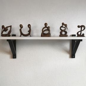 Flotteste små håndlavede træfigurer fra Bali. Købt i sidste uge. Prisen er pr. styk og fast, så bud under ignoreres - ellers beholder jeg dem hellere selv. Bytter ikke, og prisen er eksklusiv fragt på 16kr.OBS: Figurer på billede 4&5 er solgt!