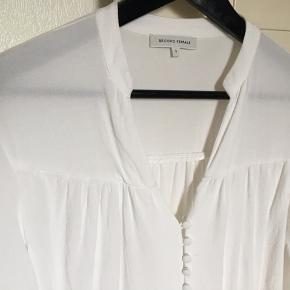 """Skjorte fra Second Female 🖤  100% viskose   BEMÆRK!! den er """"beskidt"""" for enden af begge ærmer.. slemmest på højre.. ved ikke hvad det skyldes - men den er selvfølgelig vasket, i håb om at det skulle forsvinde!"""