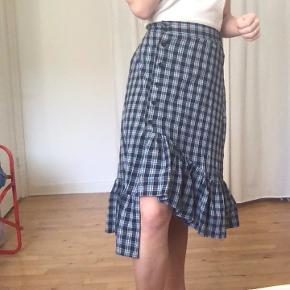 Fin blå ternet nederdel med assymetrisk fit. Købt i Sydkorea, kender ikke mærke.