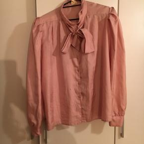"""Super fin skjorte hvis stof minder meget om den populære Stine Goya kjoles sarte lyserøde stof. Den har en smule puf i ærmerne. Desværre har den også en meget lille plet ( se foto 2)  Købt i """"Prag"""" i Århus til 250kr"""