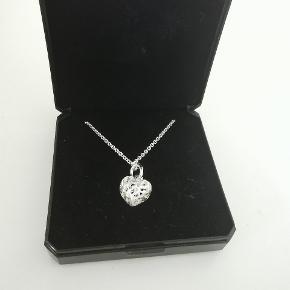 Fint hjertehalskæde i sølv fra guldsmed. Aldrig brugt og stadig med original æske.