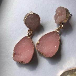 Øreringe med rosa sten med guld omkring  Ubrugte.   Kan hentes på Islands Brygge eller sendes efter ønske 💌  Brug gerne Køb Nu😊