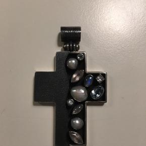 Varetype: Vedhæng Størrelse: Se Farve: Sølv Spec. fremstillet vedhæng  Kors med diverse sten