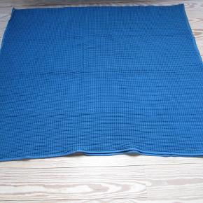 Sælger følgende genstand(e) for en veninde, da de ikke bliver brugt. Fra et ikke-rygerhjem uden husdyr.   Sengetæppe VÅRELD fra Ikea. Aldrig været i brug. Petroliumsfarvet (mørkeblå). Superfint mønster.  SPECIFIKATIONER: Mærke: Ikea Model: VÅRELD Dimensioner: Længde 250 cm., bredde 150 cm. Farve: Petrolium (mørkeblå) Stand: Ubrugt Ny pris: 229   BETALING: Modtager enten kontanter, mobilepay eller bankoverførsel.  AFHENTNING/FORSENDELSE: Kan afhentes på Drosselvej, 2000 Frederiksberg mellem 19-21 alle hverdage. Derudover evt. også i weekenden efter aftale.