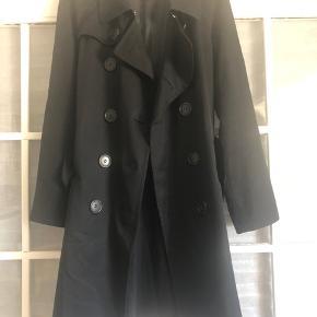 Fin trenchcoat i fin tynd 100% uld H&M designsamarbejde med Comme de Garcons. Virkelig god kvalitet på trods af at det er en HM   Brugt, men har flere gode år i sig endnu. Er bare blevet for lille. Normal i størrelsen