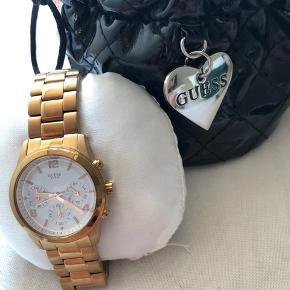 Guess ur i farven rosegold sælges da jeg ikke længere går med det. Uret er købt i 2017, der er enkelte brugsridser, men ikke noget synligt. Ekstra led medfølger + taske til uret. Batteriet skal udskiftes. Kvittering haves ikke længere, forsvundet pga flytning.   NP: 1500kr MP: 550 + forsendelse.
