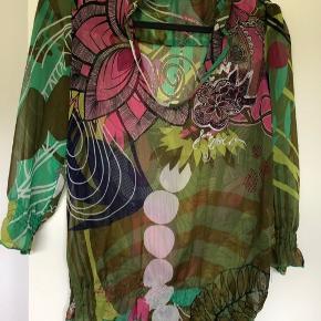 Rigtig fin skjorte- 100% polyester Lille i str. svarer nok til en alm str. M/L