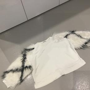 """Råhvid sweatshirt med """"pelsærmer"""""""