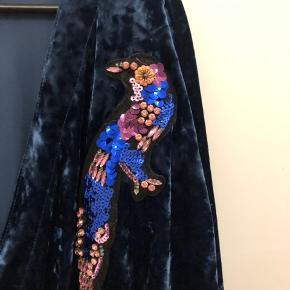 Rigtig fin bluse i velour fra Zara.  Brugt ganske lidt