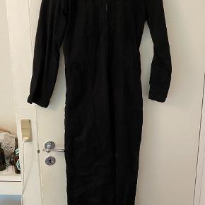 Super cool kedeldragt/buksedragt fra Urban Outfitters. Har semi brede ben og gå ind i taljen. Købt i New York for 600 kr. og sælges for 180 kr. Brugt en enkelt gang og fra ikke-ryger hjem.