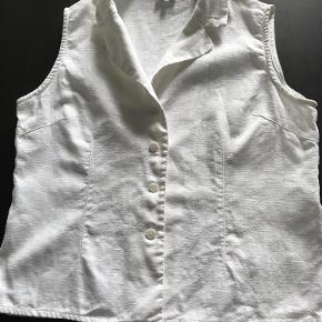 Brand: Zacco Varetype: Sød Hør bluse Farve: Hvid Oprindelig købspris: 500 kr.  Lækker kvalitet. Længde 61 + krave, bryst 53.