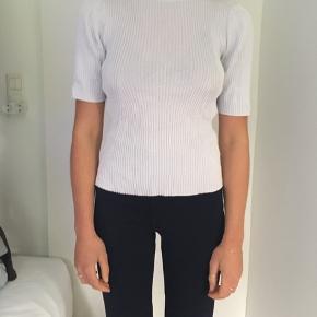 T-shirt med høj hals i rib. Ukendt mærke. Fin stand