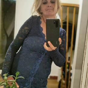 Smuk figursyet blondetop fra Rosemunde med lange blondeærmer og knapper foran. Ryggen er uden blonder, så man kan have den på bare med bh under, uden at det føles for gennemsigtigt 😊