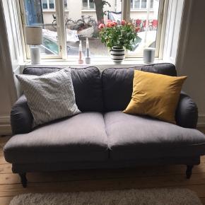 Nypris: 4.699,-   Super flot, behagelig og blød sofa fra IKEA.  Målene er beskrevet på et af billederne.   Hvis man ønsker lyse træben, kan dette tilbydes istedet for de mørke.