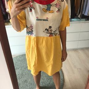 Genfødt kjole, kjolen er syet i gammelt dyne betræk og stof rester, mega cute mini kjole med Mickey mouse.
