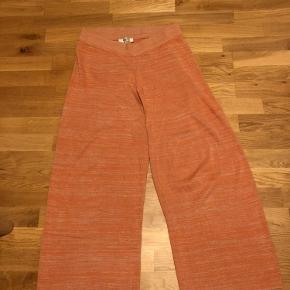 De blødeste, løse bukser fra Selected Femme med meleret hvidt/orange stof. 100% bomuld 🌸 byd gerne hvad du synes!