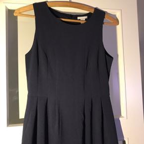 Super fin, mørkeblå kjole fra h&m Brugt 1 gang for nogle år siden Fejler absolut ingenting Nypris : 289.-