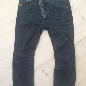 Lærreds jeans fra G-Star, model RAW3301. Stand erstat som slidt fordi der er lidt slid nederst på ben og ved den ene lomme, se fotos. W30 L32  Talje vidde 45 cm Længde yder 97 cm Længde inder 67 cm