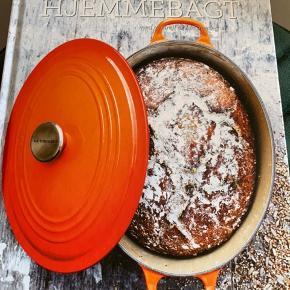 Le Creuset hjemmebagt kogebog. Aldrig brugt.   2 på lager. Prisen er pr. Stk.  Sender ikke: Kan afhentes på Frederiksberg eller i Greve.