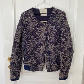 Rigtig fin jakke fra Maison Scotch, brugt meget få gange. Jeg kan ikke se hvad størrelse den har, men vil sige den kan passe en 34-36. Den har hængt i skabet i et par år nu og trænger til en ny ejer. Jeg er åben for bud, skriv endelig for billeder med den på 😊