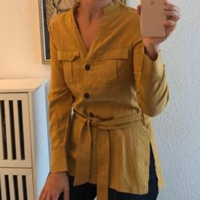Karrygul skjorte med bindebælte fra H&M Conscious kollektion. Lækker blød kvalitet.