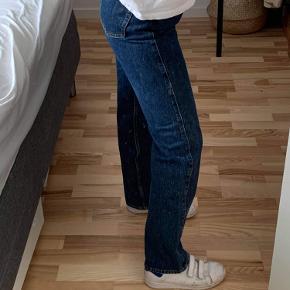Sælger dem fordi det ikke er min stil mere:(  Mega fede  Modellen hedder ROWE  Jeg er 167 høj og vejer ca 58 kilo  Str på dem hedder 27/30.