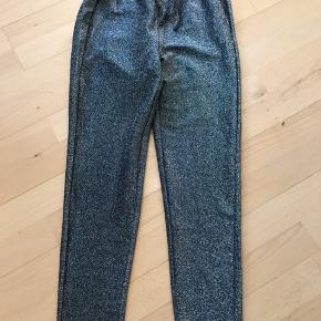 Sorte bukser med glimmer, helt nye! Mærket er taget af.
