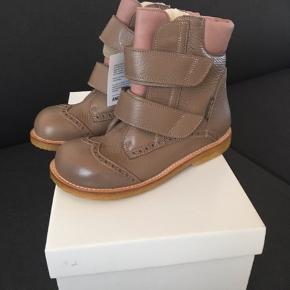 De skønneste Tex støvler med velcro fra Angulus med uldfoer indvendigt. Denne støvle er med fine detaljerede syninger, for at give et mere piget look. Støvlen går op om anklen og støtter foden godt, og har en fleksibel rågummisål. Skoen er fremstillet i 100% naturmaterialer. Str. 32 Helt nye og ligge i org. æske.