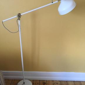 Standard gulvlampe fra Ikea. Sælges billigt.