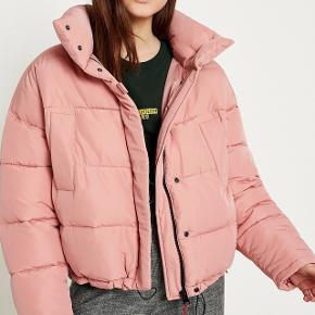Lyserød jakke fra Urban Outfitters.  Købt december 2016 og er blevet brugt en del siden men fejler ingenting.  Np 800 kr Mp 250