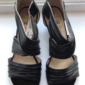 Caprice sandal i læder. Str 37,5. Står som nye. Afhentning i Valby.
