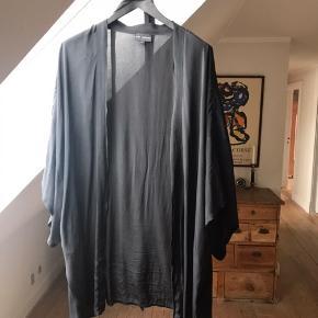 Fin og enkel kimono fra Stine Lagedfoged. Fremstillet i 100% viskose. Bælte medfølger. Brugt få gange fremstå som ny. Nyprisen var så vidt jeg husker omkring 1700,-  Bud over 500 modtages.