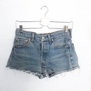 🌸 ALT SKAL VÆK! 🌸 Levis shorts    størrelse: 32   pris: 50 kr   fragt: 37 kr   Obs: der er en lille klat maling bag på