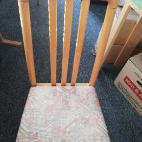 Jeg har 4 flotte stole som jeg gerne vil sælge. Der er 3 stole med lyst stof og 1 stol med mørkt stof. Prisen kan forhandles. Stolene er fra røgfrit hjem