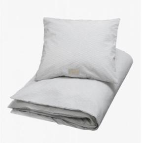 Smukt babysengetøj fra Cam Cam. Mønstret hedder: Grey Wave. Har matchende sengerand til salg også.  Vasket 4-5 gange.