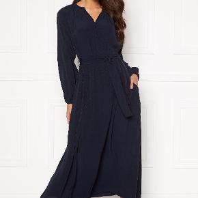 Super smuk kjole, som aldrig er brugt. Den er meget rummelig i str. Byd endelig