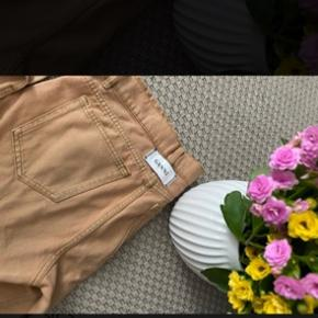 Passer s-m strl 28.  Buksen er ikke misfarget. Farven er riktig. Se gjerne på Google. Jeg bytter ikke. #sundaysellout