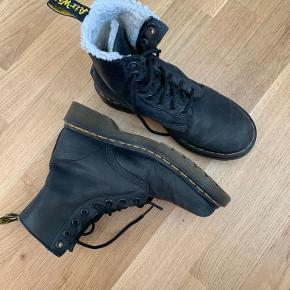 Super fede Dr. Martens vinterstøvler ✨  Passer en størrelse 36.  Har været brugt et par vintre for nogle år siden. Der er derfor tegn på brug, men ingen skader, huller, mærker el. lign.   Bud og spørgsmål modtages med kyshånd.