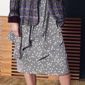 Silkenederdel med draperinger og lynlås i siden. Sender med Dao og bytter ikke :)