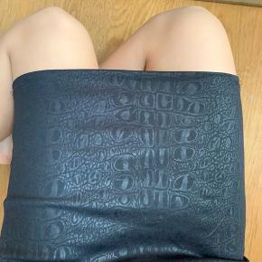 Nederdel med sejt mønster. Nogle af syningerne er gået lidt op, men det kan nemt fixes. Derfor billig pris