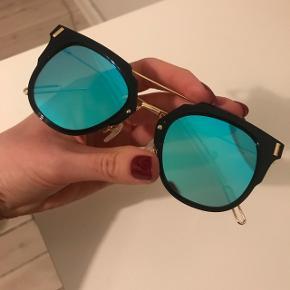 Super fine solbriller med spejleffekt og guld farvet stel fra Pretty Little Thing