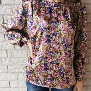 Skal du også stråle i en elegant farverig skjorte? Så gå ikke glip af denne 80'er satinskjorte. Fits: xxs-l. 🌸